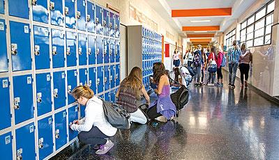Foto de estudantes e armários escolares