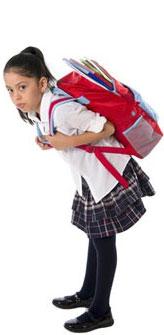 Foto de menina curvada em uniforme escolar com mochila nas costas